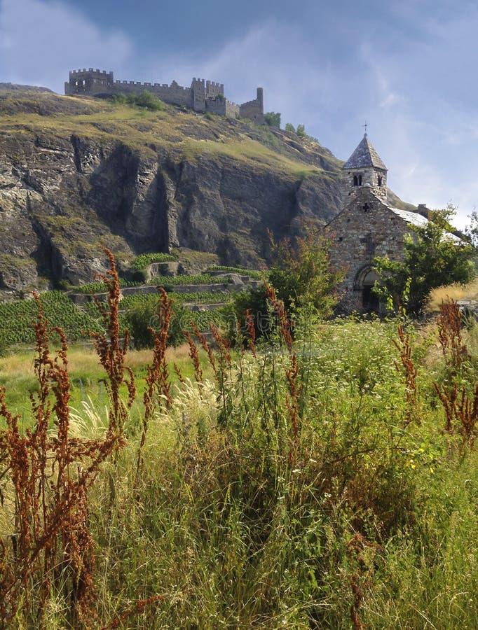 Härlig sikt av den medeltida väggen för slott Valere och för Tourbillon ` s och stenkapellet i närhet, Sion, Valais kanton, Schwe arkivfoton
