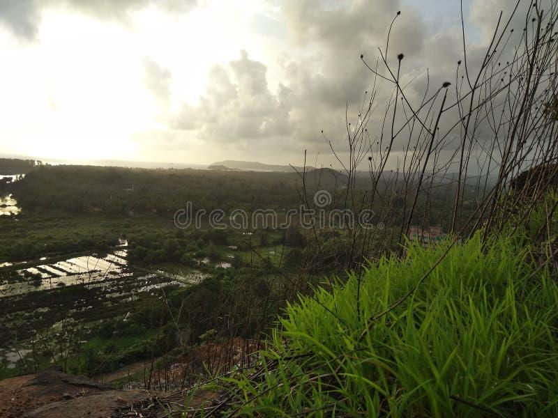 Härlig sikt av den molniga himlen från kullen arkivbild