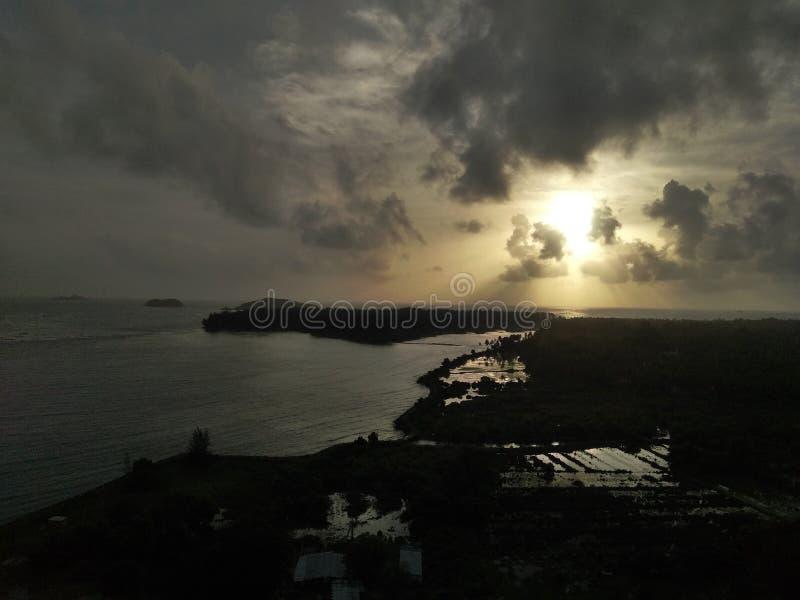 Härlig sikt av den molniga himlen från kullen fotografering för bildbyråer