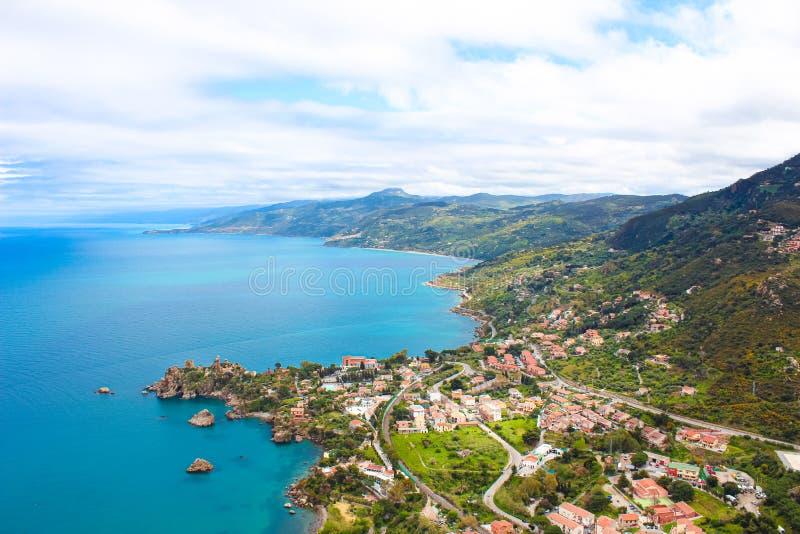 Härlig sikt av den pittoreska Sicilian byn på den Tyrrhenian kusten från ovannämnt som fångas från Rocca di Cefalu, Italien arkivfoto