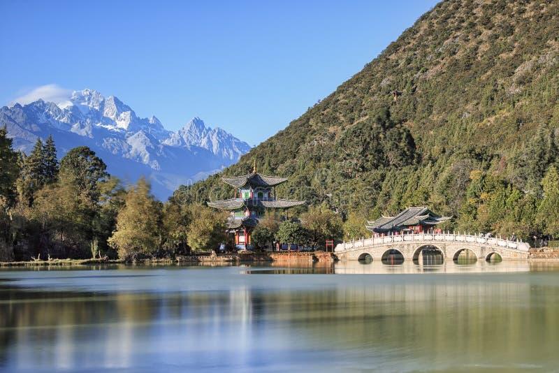 Härlig sikt av den svarta Dragon Pool och Jade Dragon Snow Mountain i Lijiang, Yunnan - Kina royaltyfria foton