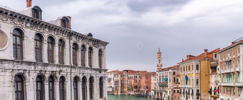 Härlig sikt av den Venedig kanalen arkivbilder
