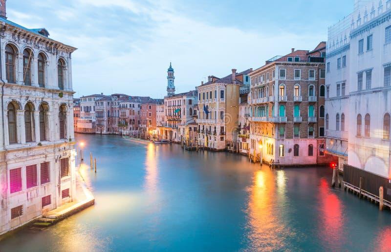 Härlig sikt av den Venedig kanalen arkivbild