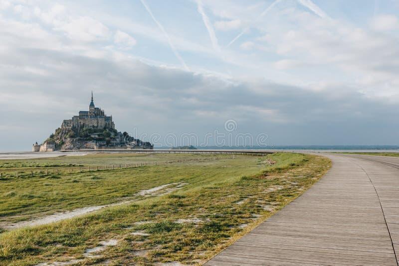 härlig sikt av det berömda monthelgonet michel och gångbanan på havskusten, Normandie, fotografering för bildbyråer