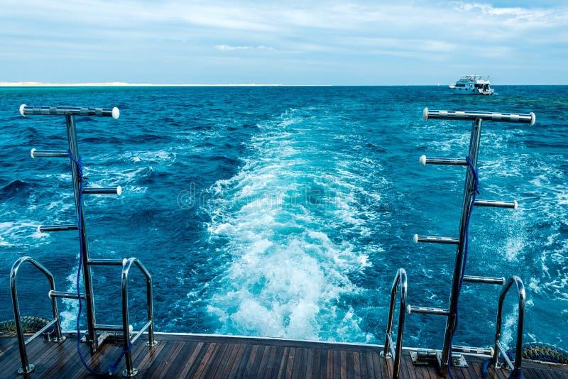 Härlig sikt av det blåa havet från det vita skeppet Horisontal inrama royaltyfri fotografi