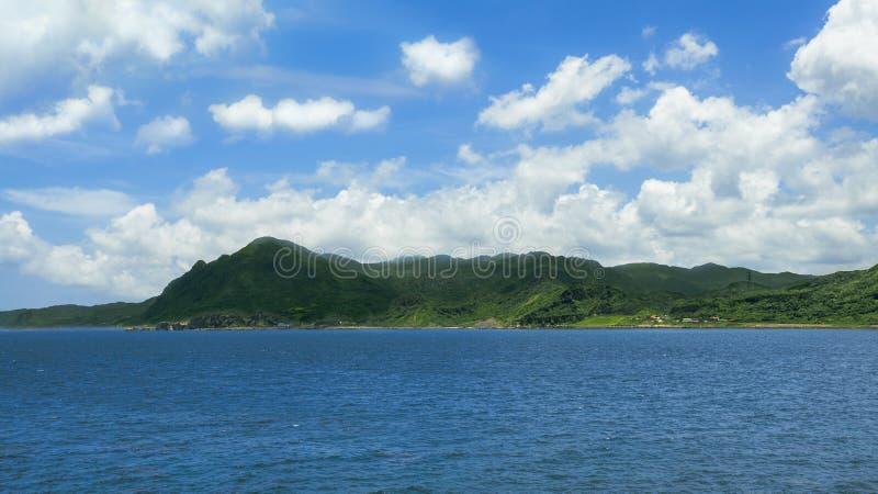 Härlig sikt av det gröna berget och moln i den tropiska ön av Taiwan royaltyfri bild