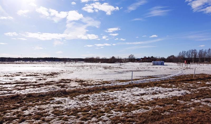 Härlig sikt av det jordbruks- landskapet i vintertid royaltyfri bild