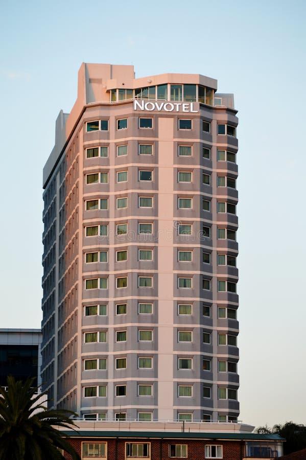 Härlig sikt av det Novotel hotellet arkivbilder