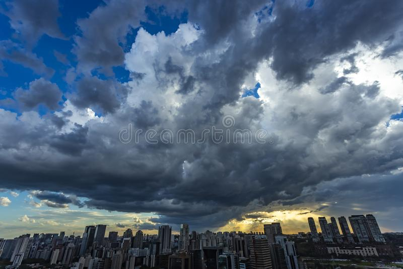 Härlig sikt av dramatisk mörk stormig himmel Regnet är kommande snart Modell av molnen över stad royaltyfria bilder