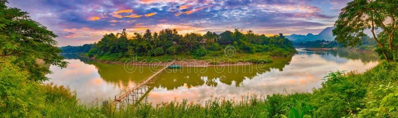 Härlig sikt av en bambubro Laos landskap panorama arkivbilder