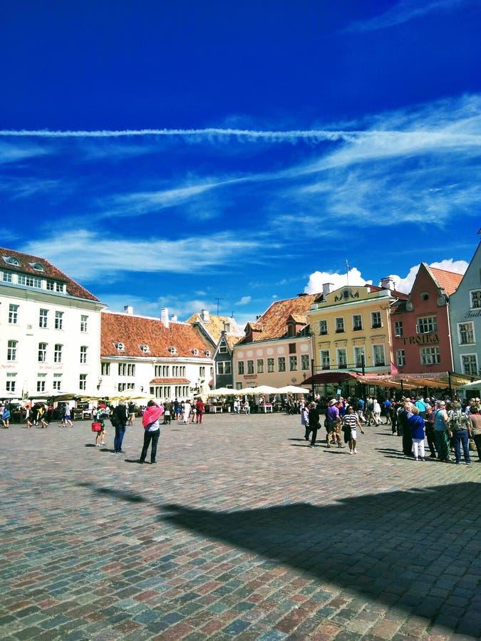 Härlig sikt av en europeisk stad på en solig dag arkivfoton