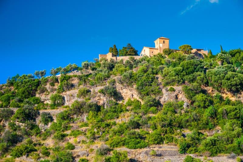 Härlig sikt av en liten bergby Deia i Mallorca, Spa arkivbilder