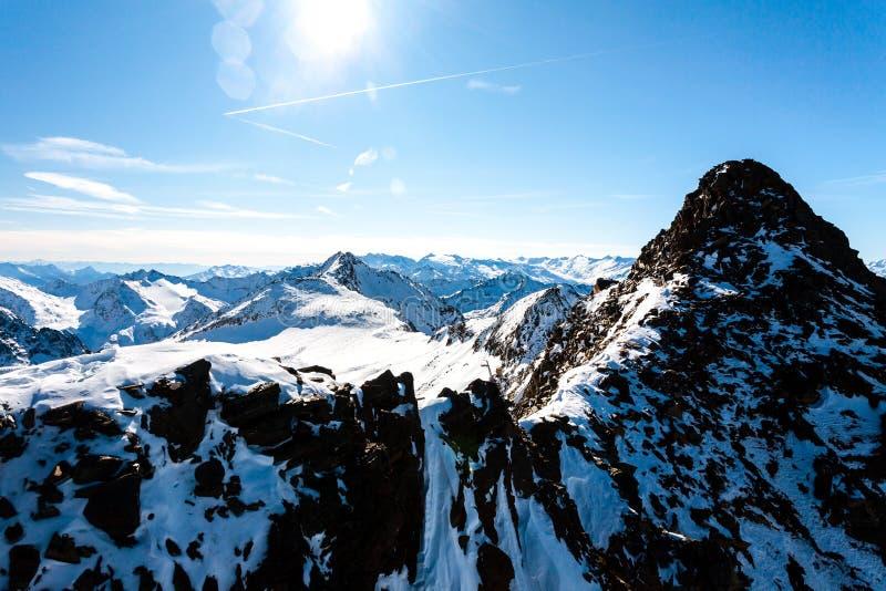 Härlig sikt av fjällängbergen i solig vinterdag, Österrike, Stubai, Stubaier Gletscher semesterort royaltyfri foto
