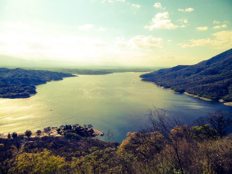 Härlig sikt av floden från en chairlift i Carlos Paz i Cordoba Argentina royaltyfri foto