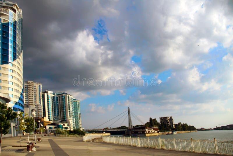Härlig sikt av floden Kubay och byggnaden i Krasnodar royaltyfri fotografi