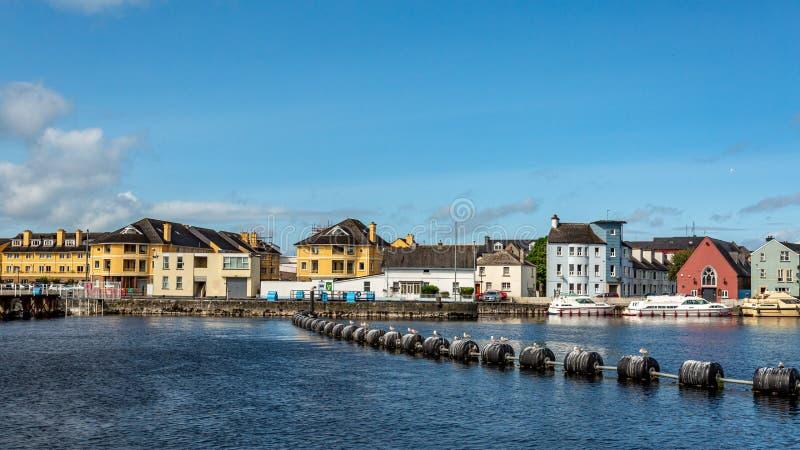 Härlig sikt av floden Shannon och pittoreska hus i staden av Athlone royaltyfria bilder