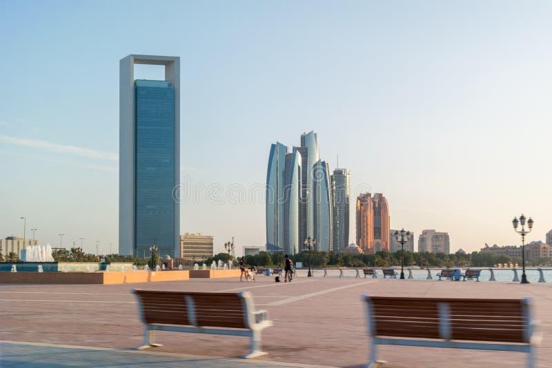 Härlig sikt av gatan för Abu Dhabi stadscorniche, berömda skyskrapor och torn royaltyfri foto