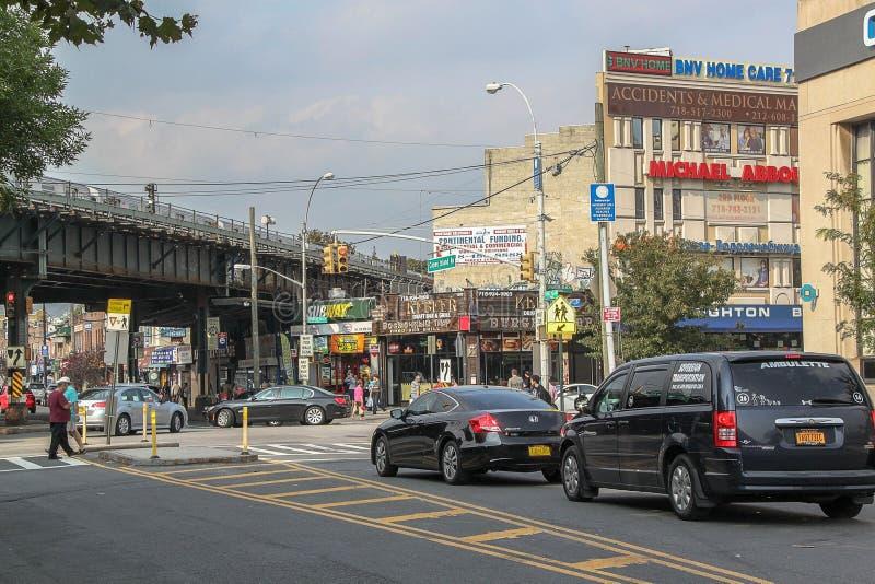 Härlig sikt av gatan i den Brighton Beach grannskapen Biltrafik och folkbegrepp New York USA arkivbilder