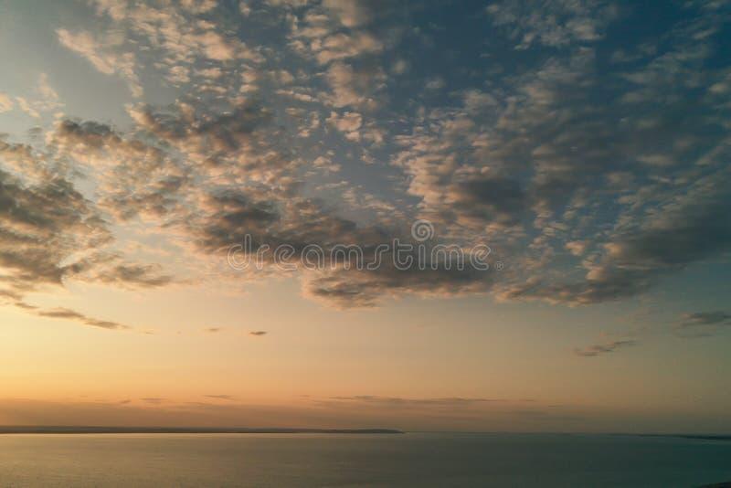 Härlig sikt av havet och solnedgången Flyg- sikt från att flyga surret av ett härligt naturlandskap med den dramatiska molnsolned arkivfoto