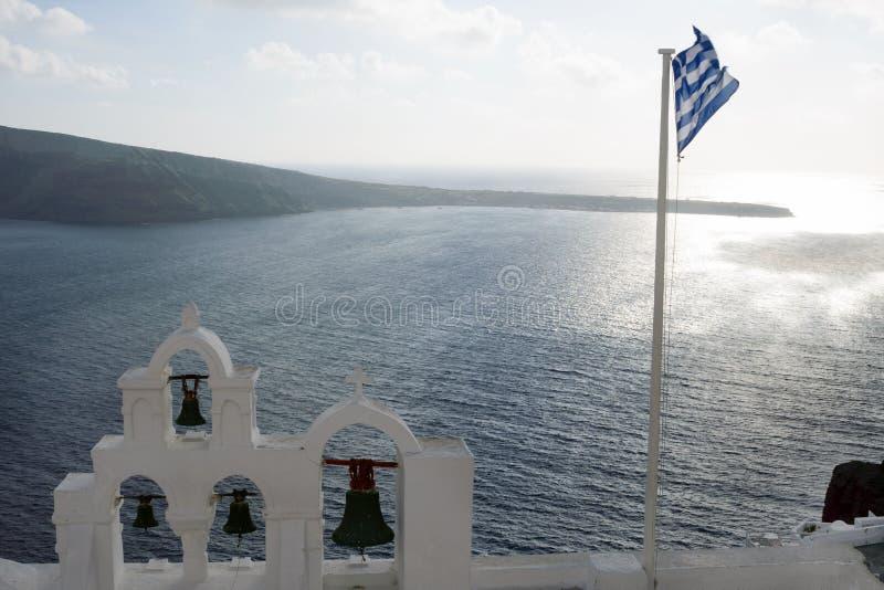 Härlig sikt av havet på solnedgångtid i staden av Oia på ön av Santorini, Grekland Grekisk resa royaltyfria bilder