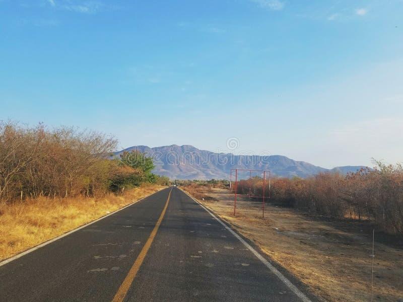 Härlig sikt av huvudvägen i Guerrero, Mexico under dagen som heading till Tlapehuala, Gro royaltyfria bilder