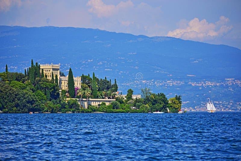 Härlig sikt av Isola Garda i Garda sjön Italien fotografering för bildbyråer