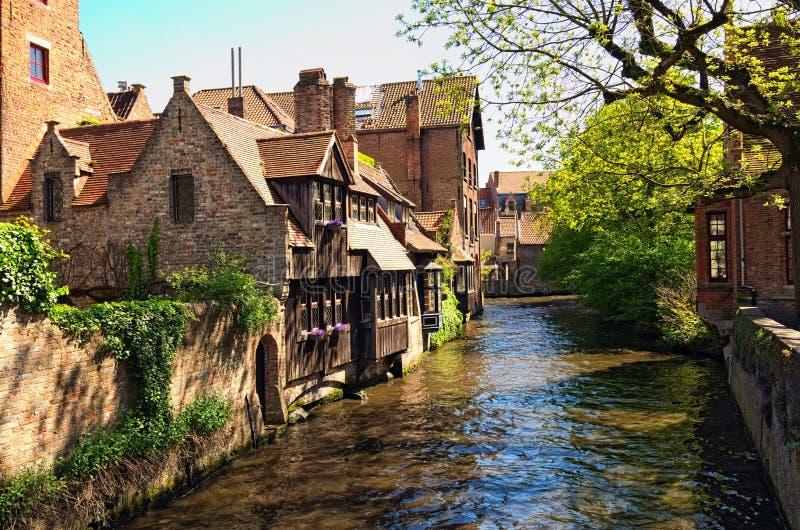 Härlig sikt av kanalen och de traditionella husen i den gamla staden av Bruges holländare: Brugge Belgien Vårlandskapfoto arkivbilder