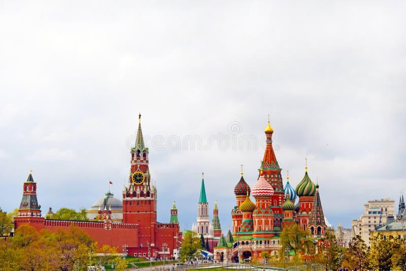 Härlig sikt av Kreml, St-basilikas domkyrka och den röda fyrkanten Centrum kopiera avst?nd arkivfoton
