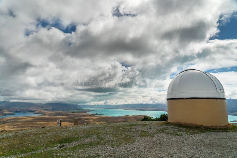 Härlig sikt av monteringen John University Observatory, sjön Tekapo och dalen Nyazeeländsk södra ö royaltyfri bild