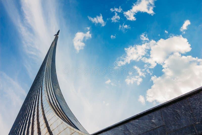 Härlig sikt av monumentet till besegrarna av utrymme Russi arkivbild