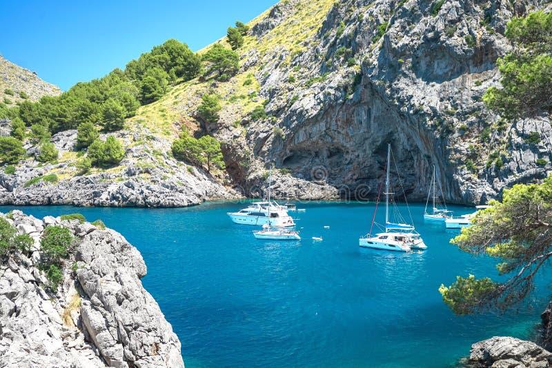 Härlig sikt av Sa Calobra på den Mallorca ön, Spanien Härlig sikt på på segelbåtyachter på destination Sa Calobra fotografering för bildbyråer