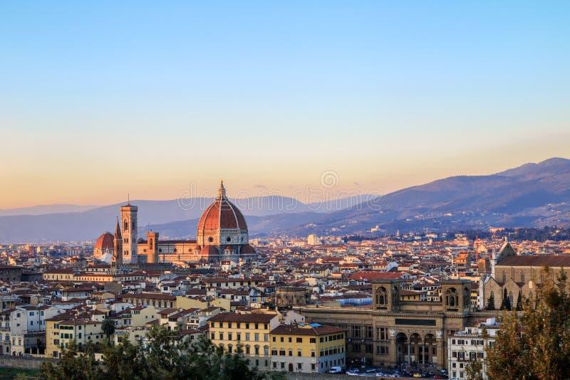 Härlig sikt av Santa Maria del Fiore och Florence cityscape a arkivbilder