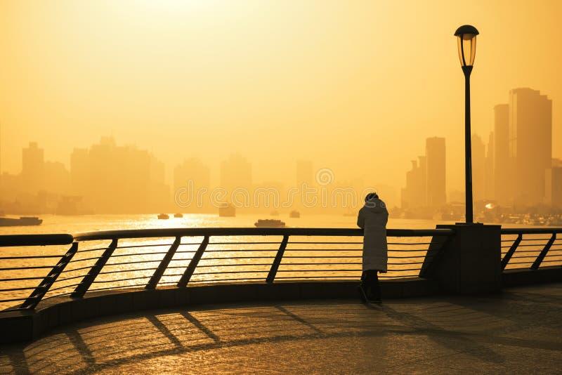 Härlig sikt av Shanghai i morgonen med folk som ser soluppgången arkivfoton