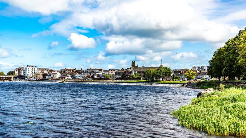 Härlig sikt av Shannon River byn av Athlone i bakgrunden royaltyfria foton