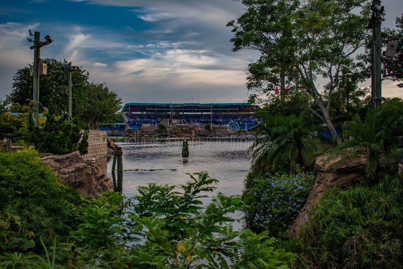 Härlig sikt av sjön för Bayside stadion och sju hav på Seaworld 2 arkivfoto