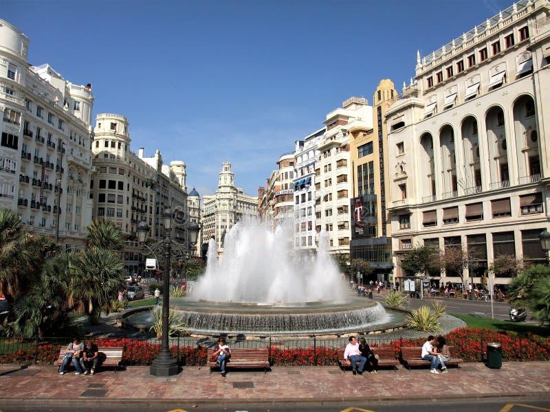 härlig sikt av springbrunnen och centret av Valencia Spain arkivbilder