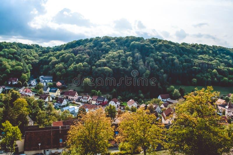 Härlig sikt av staden i bergområdet, nära det täta trät i Tyskland upprättad liten sommartid för stakethöjdpark som år fotografering för bildbyråer