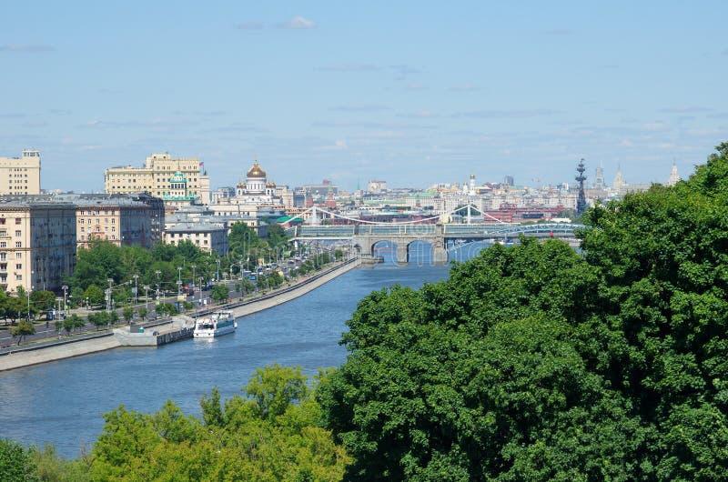 Härlig sikt av staden av Moskva och floden, Ryssland royaltyfria bilder