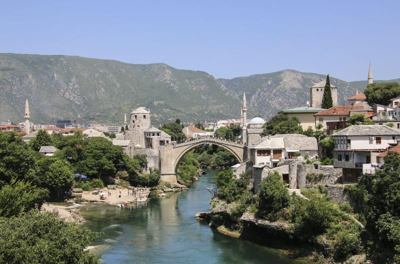 Härlig sikt av staden Mostar med Stari mest bro, Neretva flod, Bosnien och Hercegovina arkivfoton