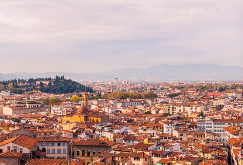 Härlig sikt av stadshorisont, torn, basilika, röd-belade med tegel tak av hus och berg, Florence, Italien arkivfoton