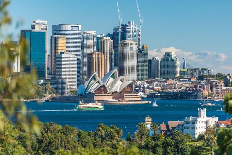 Härlig sikt av Sydney CBD och Sydney Opera House arkivbilder