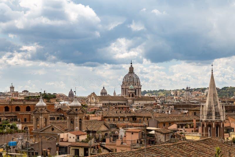 Härlig sikt av taken av Rome royaltyfria bilder