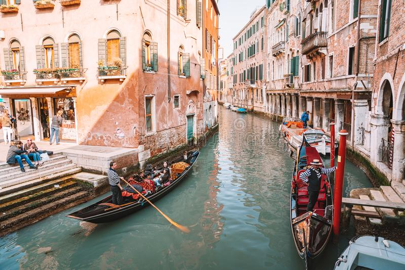 Härlig sikt av traditionella gondoler på den stora berömda kanalen arkivbild
