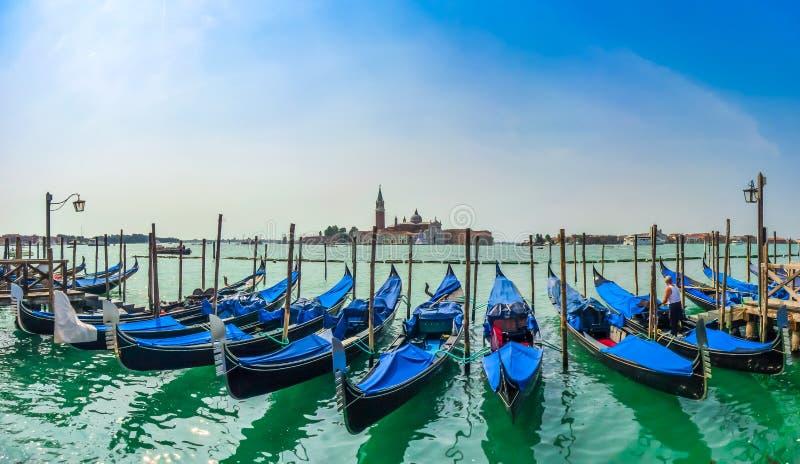 Härlig sikt av traditionella gondoler på kanalen som är stor med San arkivfoton