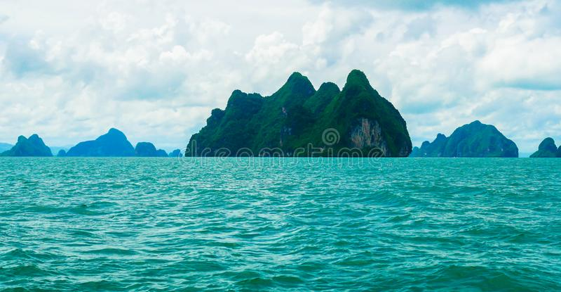 Härlig sikt av turkosfärg av havet och gröna öar i Phuket, Thailand i dag och ny luft arkivfoton