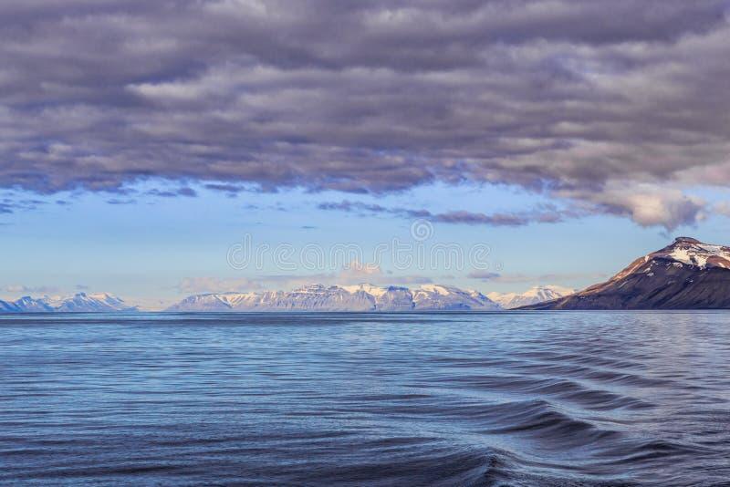 Härlig sikt av vatten nära Spitsbergen, Norge i Juli royaltyfri fotografi