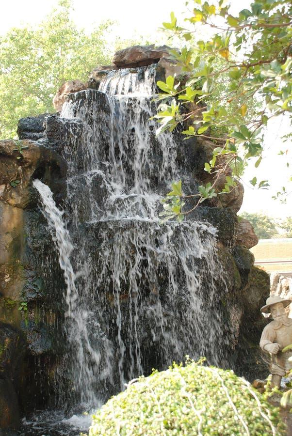 Härlig sikt av vattenfallen nära floden Kwai i Thailand royaltyfria foton