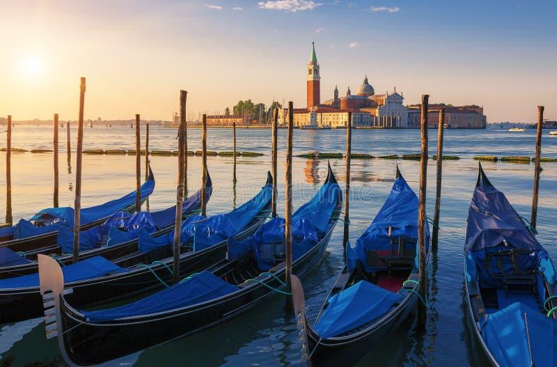 Härlig sikt av Venedig med gondoler på soluppgång royaltyfria bilder