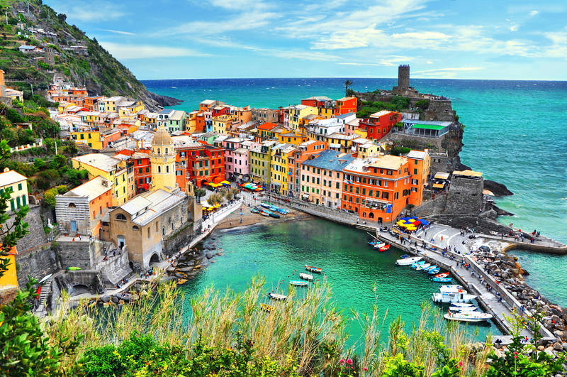 Härlig sikt av Vernazza Är en av fem berömda färgrika byar av Cinque Terre National Park i Italien arkivfoton