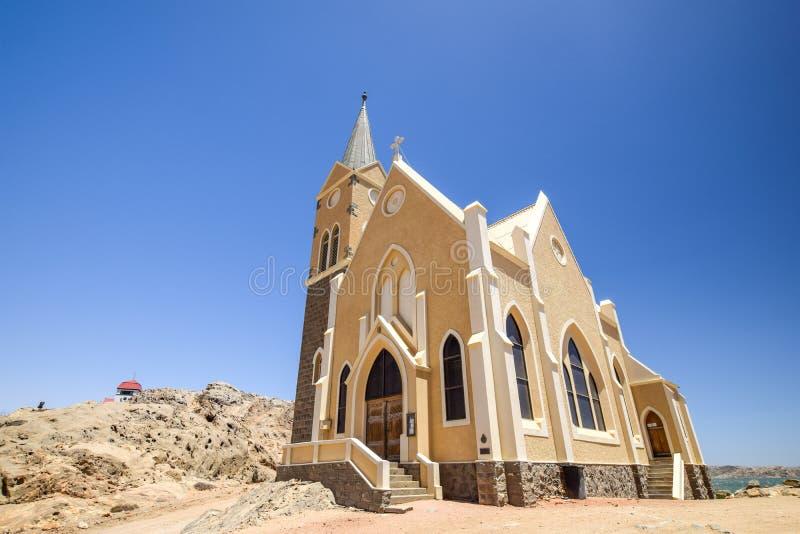 Härlig sikt för låg vinkel av den tyska koloniinvånarekyrkan Felsenkirche för protestant i LÃ-¼deritz/Luderitz i Namibia, arkivbild